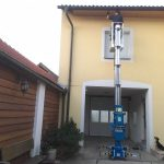 Streichen-der-Fassade-des-Vordaches-mit-der-Vertikalbühne-von-Sauberer