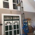 Fensterputzen-unter-dem-Dachgiebel:-Geht-mühelos-und-sicher-mit dem-Einpersonenlift-Genie-von-der-Firma-Sauberer