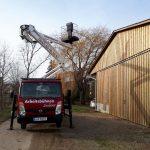 Mit-den-LKW-Arbeitsbühnen-der-Arbeitsbühnen-Vermietung-Sauberer-kann-man-dank-geringer-Abstützmaße-dicht-an-Gebäude-heranfahren