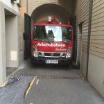 Die-LKW-Arbeitsbühne-Nissan-21-vom-Verleih-Sauberer-kommt-auch-durch-enge-Durchfahrtennehof-mit der
