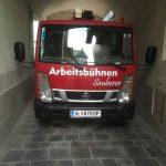 Die-2,20-Meter-breite-mobile-Arbeitsbühne-der-Verleihfirma-Sauberer-kommt-auch-durch-enge-Einfahrten