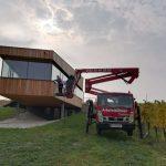 Gelenkarm-Teleskop-Arbeitsbühne-bei-Verglasungsarbeit-Vermietung-Arbeitsbühnen-Sauberer-Niederösterreich