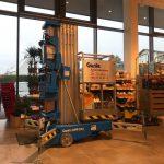 Vertikale-Arbeitsbühne-Genie-der-Firma-Sauberer-aus-Mittergrabern-im-Einsatz-bei-Lagerarbeiten