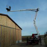 Arbeitsbühnen Sauberer Arbeit an einer Scheune mit der LKW Arbeitsbühne ZED 20