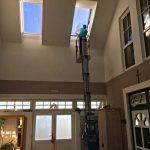 Reinigung der Dachfenster mit der Vertikalbühne der Firma Sauberer in Niederösterreich